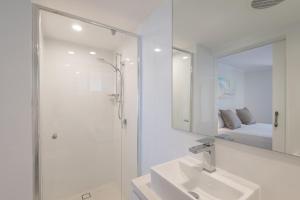 A bathroom at Munna Beach Apartments