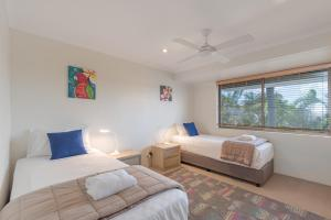 A bed or beds in a room at Munna Beach Apartments