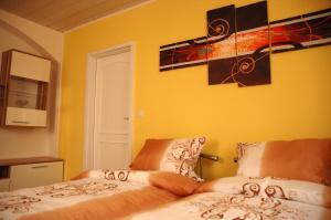 Ein Bett oder Betten in einem Zimmer der Unterkunft Apartments Stirl