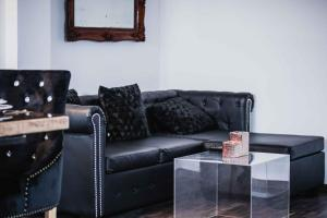 A seating area at Bacrizza Gallery Studio