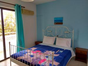 A bed or beds in a room at Dolphin Apartments