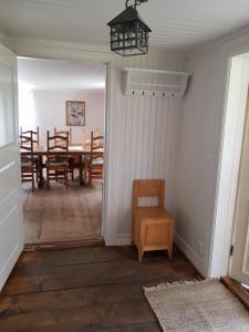 En sittgrupp på Bullerbyn - Mellangården - Astrid Lindgren's family house