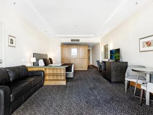 A seating area at Gold Tower 2 Bed in Crowne Surfers Paradise