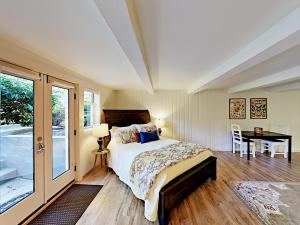 A bed or beds in a room at Upscale Daylight Studio Duplex