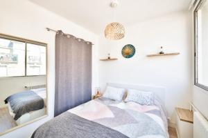 A bed or beds in a room at Beautiful new studio - 15ème Arr