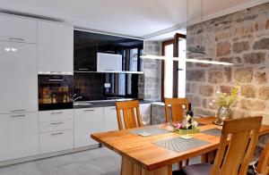 A kitchen or kitchenette at Lana & Ena Apartments