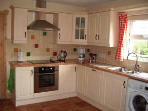 A kitchen or kitchenette at Annagh Cottage