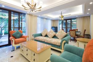 A seating area at Yalongbay Feicui Valley High end Villa