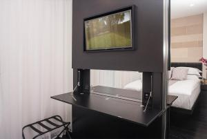 A television and/or entertainment center at NOX HOTELS - Golders Green