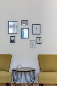 A seating area at primeflats - Apartments Island Mauerpark