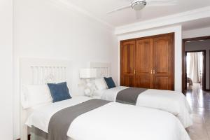 A bed or beds in a room at Rooms & Suites Balcony 3C