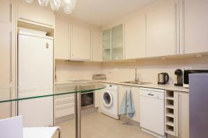 A kitchen or kitchenette at Top Duplex apartment close to the beach and center