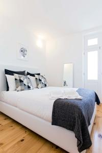 A bed or beds in a room at Porto Essence Apartments