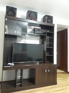 Una televisión o centro de entretenimiento en comfort cuzco