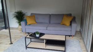A seating area at Loft Tout Confort Résidence du Poirier