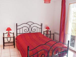 A bed or beds in a room at Holiday Home Les Garrigues Du Rivage