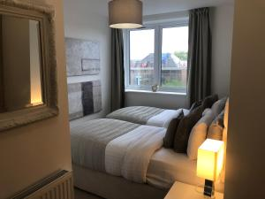 A bed or beds in a room at Huge Penthouse 2 bed, 2 bathroom apartment / 5 mins to Gatwick Airport