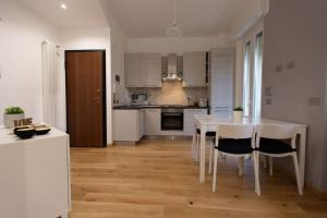 A kitchen or kitchenette at Navigli White House (Ticinese, Bocconi, Tortona)