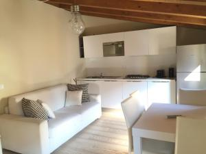 A kitchen or kitchenette at appartamento guglia