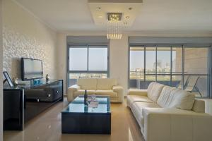 A seating area at Luxury Marina View