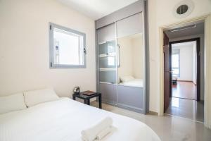 A bed or beds in a room at Luxury Marina View