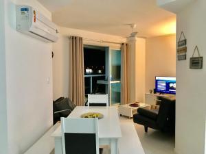 Una televisión o centro de entretenimiento en Tu Casa de la Playa Vacaciones en Florianópolis Brasil