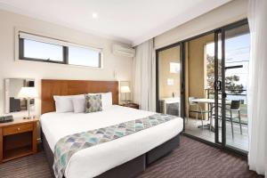 A bed or beds in a room at Quality Hotel Bayside Geelong
