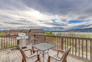A balcony or terrace at Lakeview Villa #803