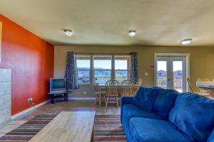 A seating area at Lakeview Villa #511
