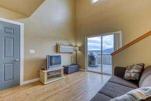 A television and/or entertainment center at Lakeview Villa #803