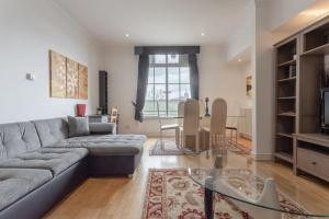 A seating area at 2 Bedroom Flat With Tower Bridge View