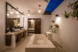 Et badeværelse på Villa Dipta 6-bedroom