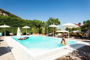 The swimming pool at or near Villa Limoneto C