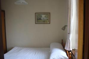 A bed or beds in a room at Skye Cottage, Meadowside House, near Kingussie