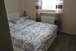 A bed or beds in a room at Apartament Ryska 3A