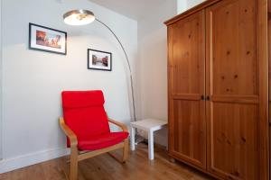 A seating area at Bright, quiet treasure in heart of bustling Fulham