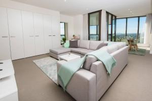 Ein Sitzbereich in der Unterkunft Australia Tower - Olympic Park Green