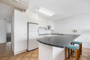 A kitchen or kitchenette at Alexandria Apartments
