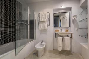 Un baño de Chanceler Apartments