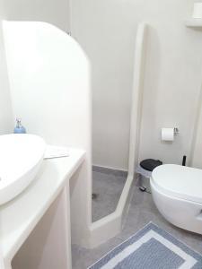 A bathroom at Ira Apartments & Studios Kamari