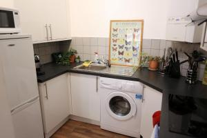 A kitchen or kitchenette at 3beds/2baths in Oxford Circus