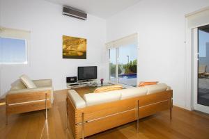 Een TV en/of entertainmentcenter bij Villas Hoopoe Lanzarote Playa Blanca - ACE03058-OYB