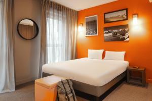 Кровать или кровати в номере Aparthotel Adagio Marseille Vieux Port