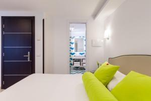 A bed or beds in a room at Sorrento Flats