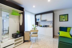 A kitchen or kitchenette at Sorrento Flats