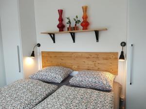 Een bed of bedden in een kamer bij SCHELP Bed by the Sea
