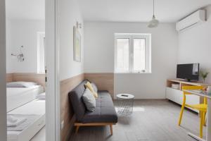 A seating area at Apartments Coast 27