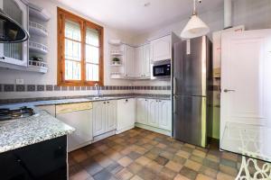 A kitchen or kitchenette at Acogedor chalet en Retiro