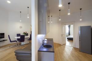 A cozinha ou cozinha compacta de Capital Apartments
