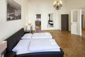 Cama ou camas em um quarto em Capital Apartments